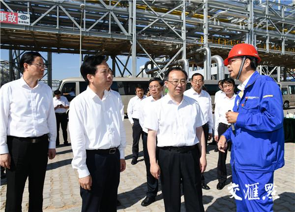 江苏省党政代表团考察国家能源集团年产180万吨甲醇联产40万吨乙二醇项目。