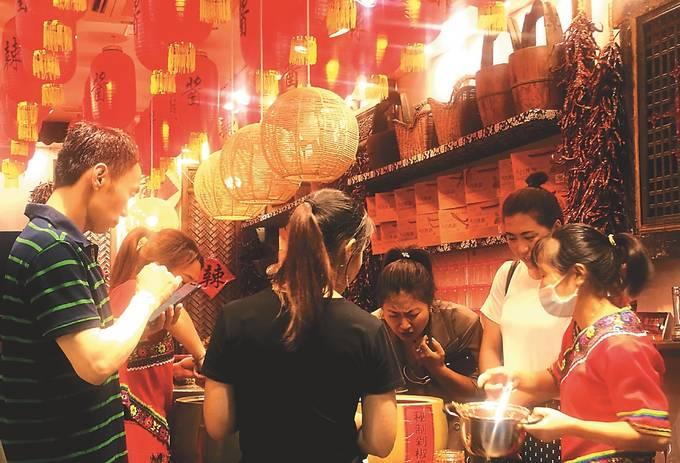 顾客在苏州市平江历史街区购物。 王建中摄