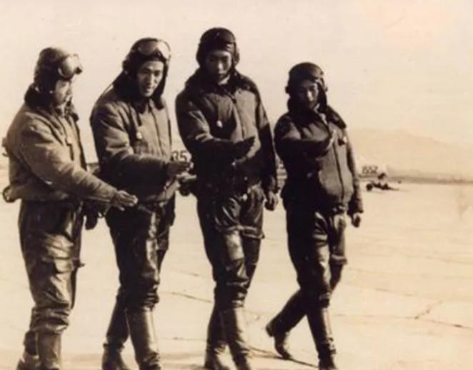 图为李世英中队飞行员。左起:李世英、宋义春、闫清水、蒋道平。