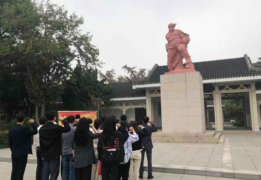 泰州周山河街区党员干部在烈士塑像前重温入党誓言。