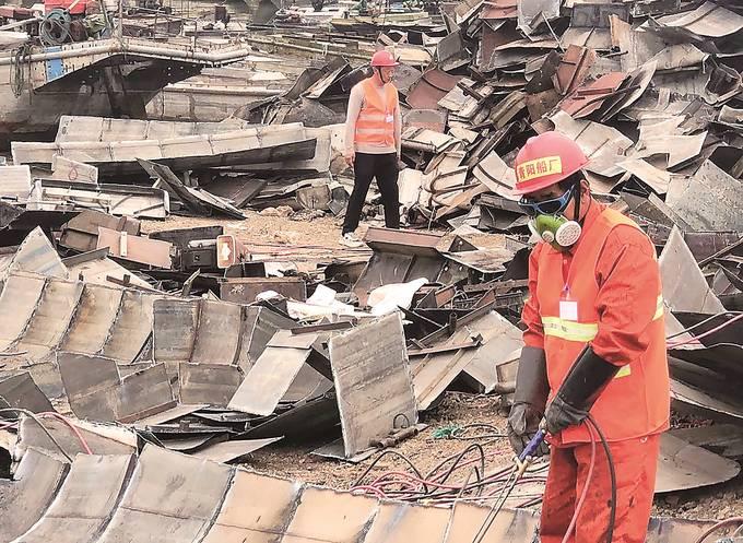 洪泽湖区泗洪濉河半城镇洪安村渔船拆解点,春阳船厂工人正在现场进行船体切割。 丁蔚文摄