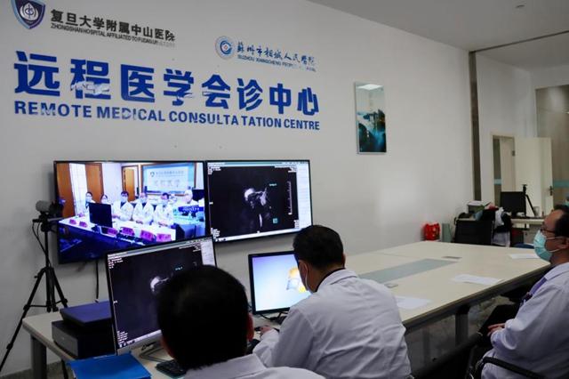 6名上海复旦大学附属中山医院专家与苏州市相城人民医院的医生正在进行远程多学科会诊