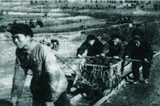 工人开挖河道。