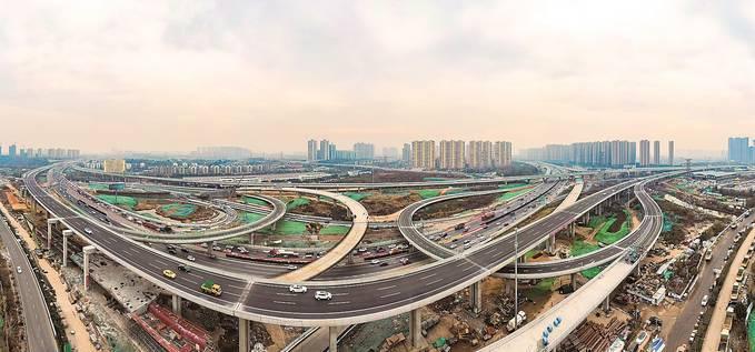 擁有17條匝道的油坊橋互通,是南京交通有史以來規模最大的立交橋。 余 萍攝