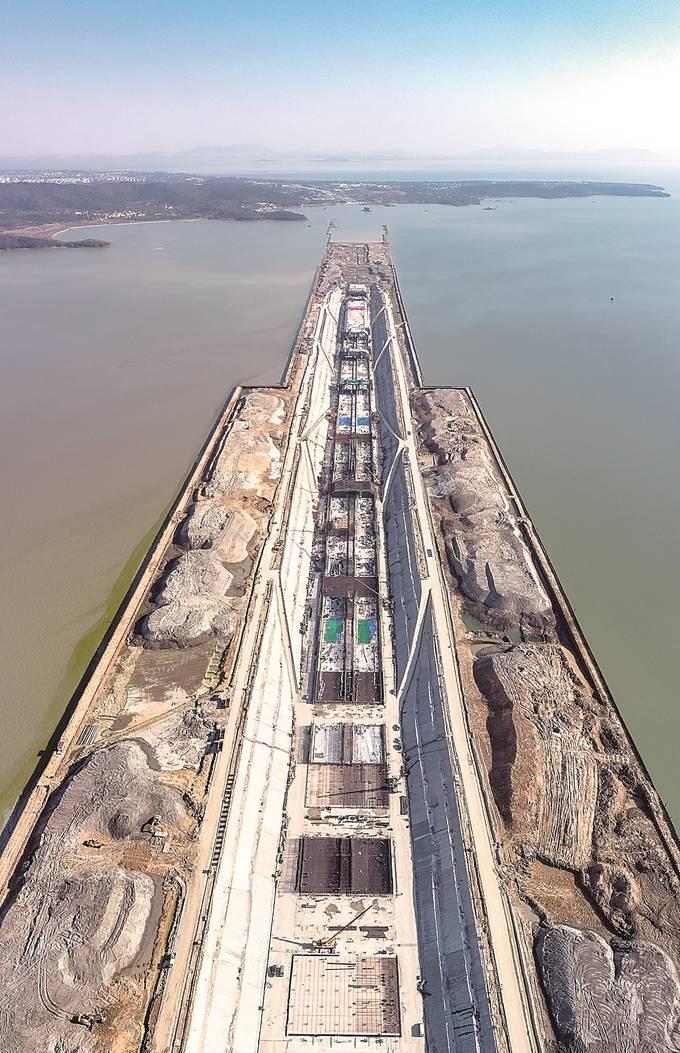 國內在建最長最寬湖底隧道——蘇錫常南部高速公路太湖隧道,近日完成全部564萬余立方米土方開挖。 阮 忠攝