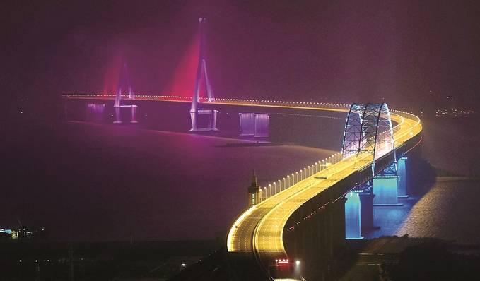 世界首座跨度超千米的公鐵兩用斜拉橋滬蘇通大橋經過近6年施工,今年正式通車。 丁曉春攝