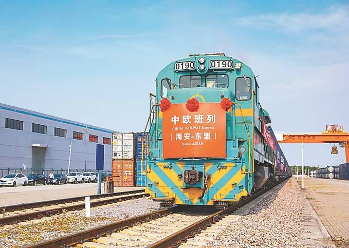 一列中欧(亚)班列驶出海安铁路物流基地。 翟慧勇 摄 (视觉江苏网供图)