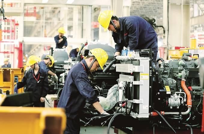 三一重机昆山产业园的工人们奋战在车间。 华雪根 摄 (视觉江苏网供图)