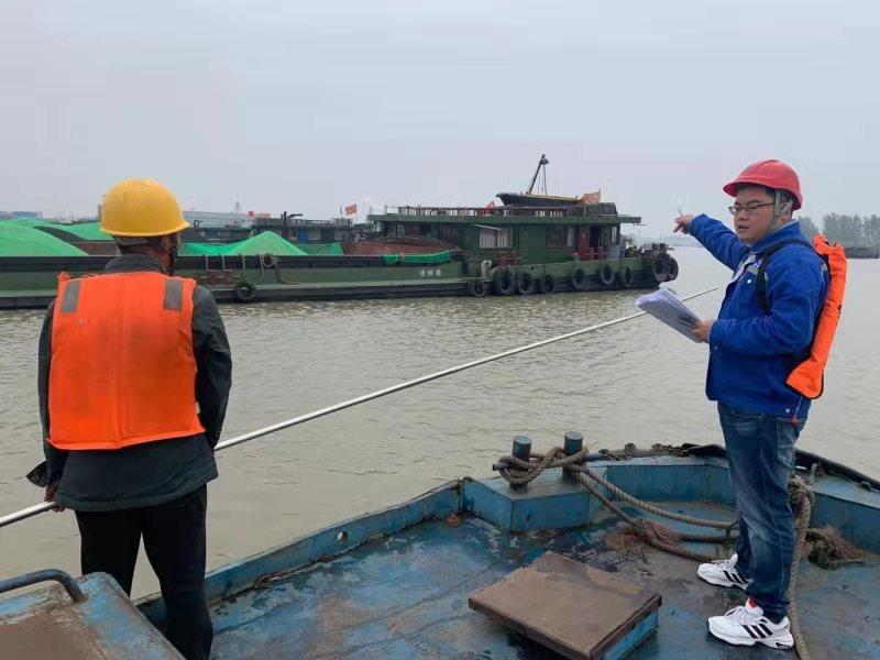 曹金林在港口巡查。