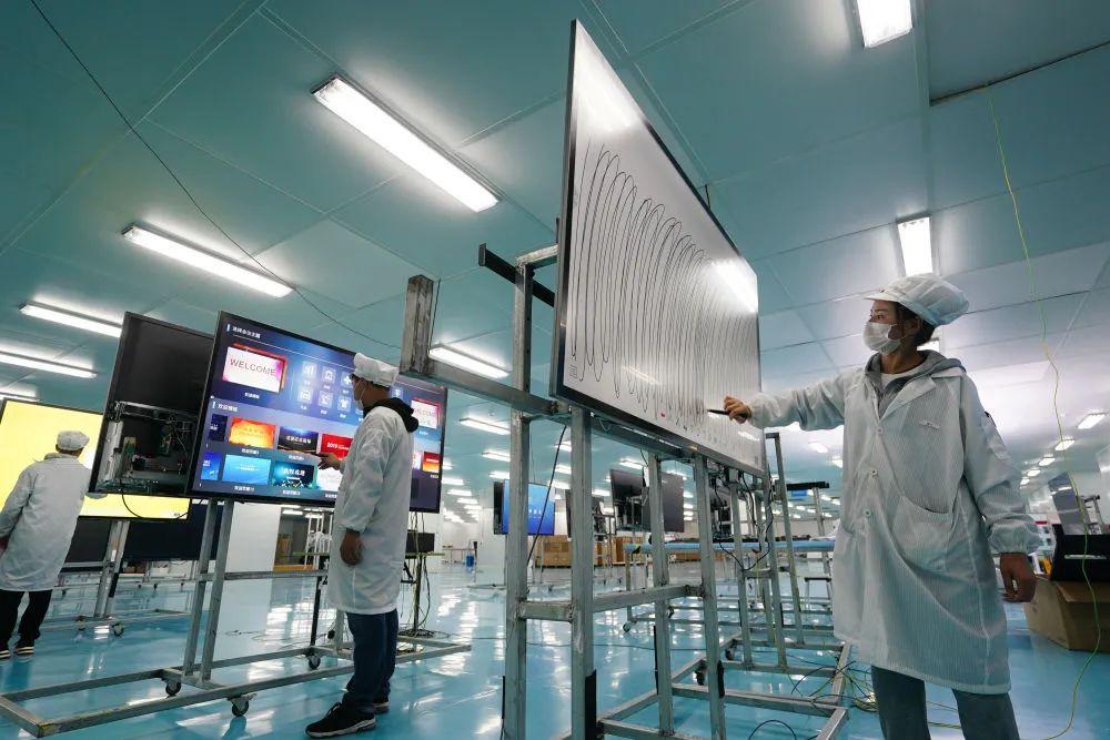 在位于宿迁激光产业园的江苏华科创智技术有限公司,工人在质检车间对触摸屏进行检测(去年5月13日摄)。新华社记者 季春鹏 摄