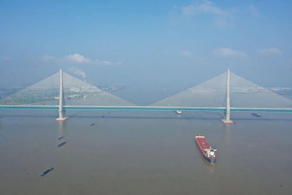 轮船从沪苏通长江公铁大桥下通过(去年6月30日摄,无人机照片)。新华社记者 季春鹏 摄
