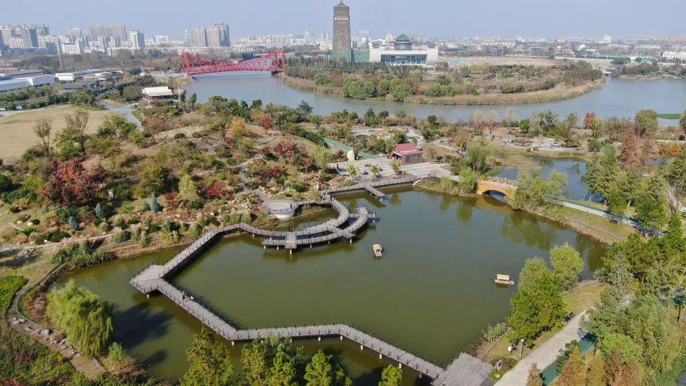 这是去年11月14日拍摄的扬州市运河三湾生态文化公园景色(无人机照片)。新华社记者 季春鹏 摄