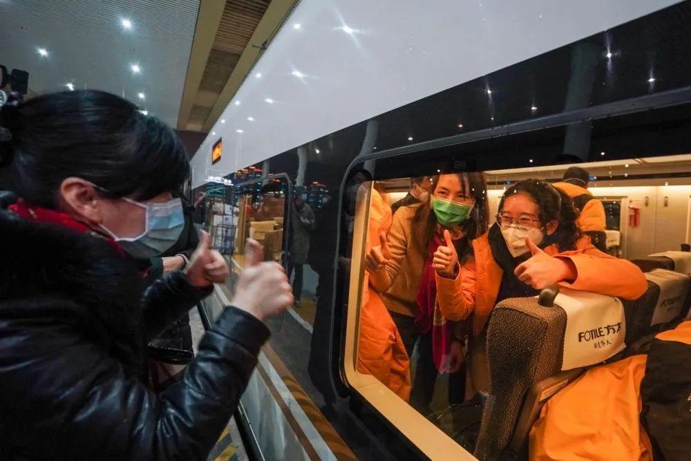 去年1月25日,送站亲友在铁路南京南站站台为首批江苏援湖北医疗队队员打气加油。新华社记者 李博 摄