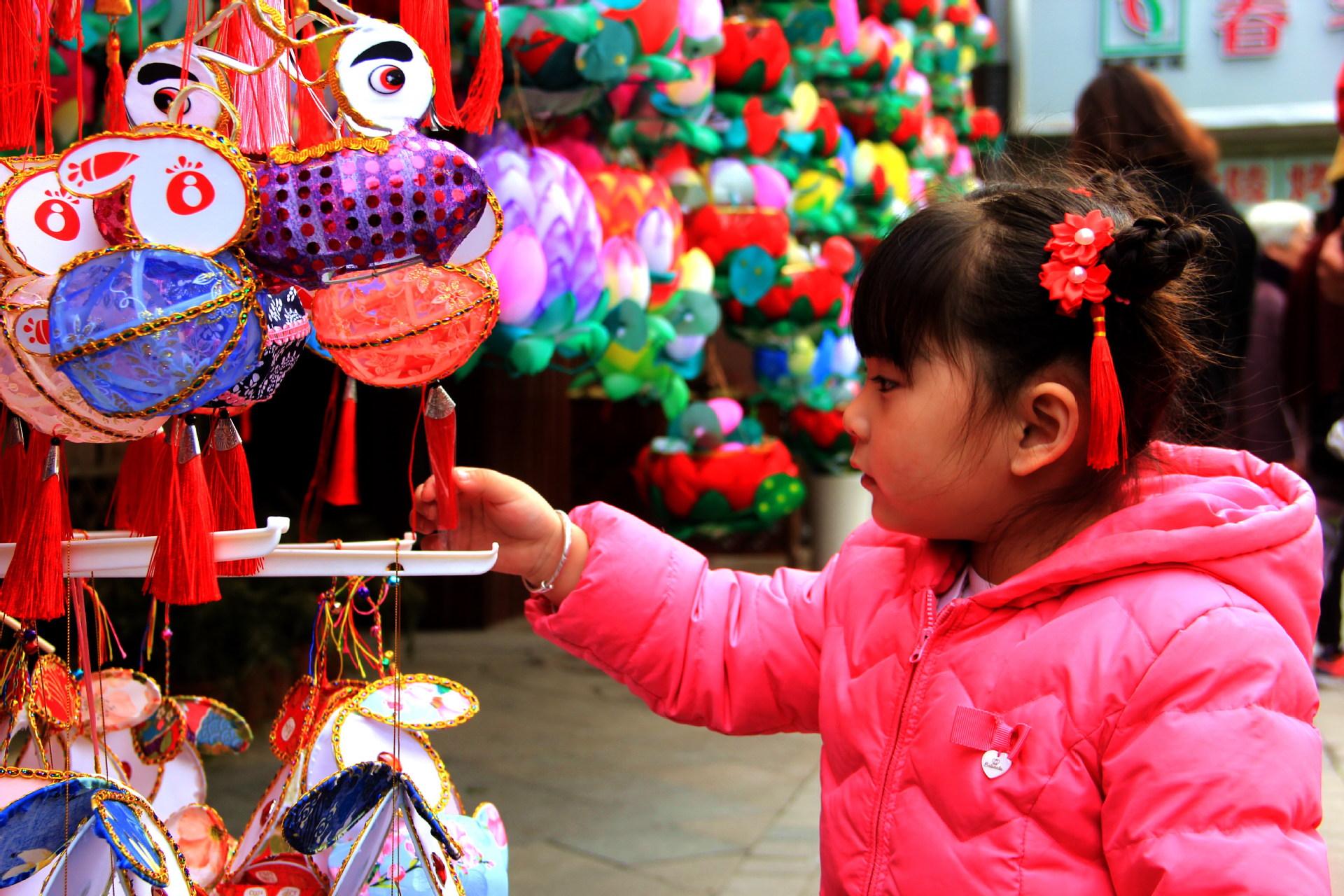 2021年2月16日是农历大年初五,南京市,游人来到夫子庙景区观光,欢度新春佳节。 杨素平 摄