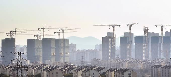 18日,南京紫东地区交通基础设施及保障房建设有序推进,整个建设工地一片繁忙。 新华日报·交汇点记者 乐涛 摄