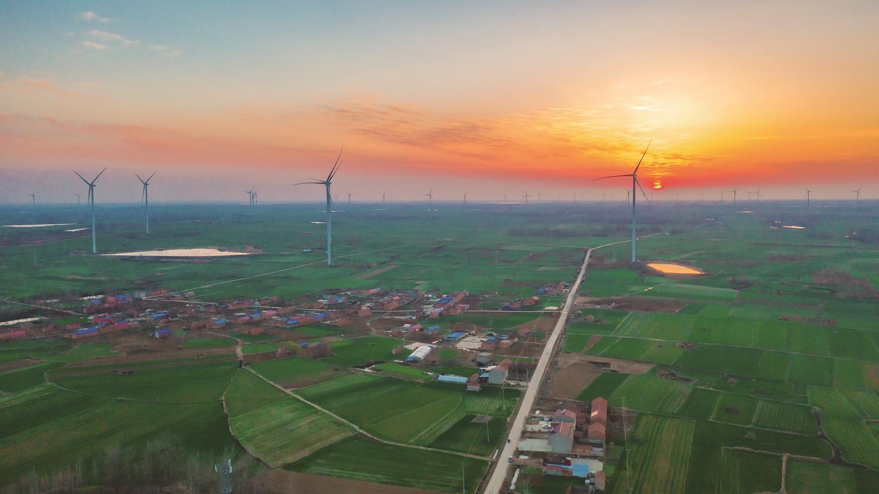 2日,泗洪县上塘镇垫湖村一望无际的绿色田野上,一台台风力发电机组迎风旋转,构成了一幅美丽的乡村画卷。张连华摄 (视觉江苏网供图)