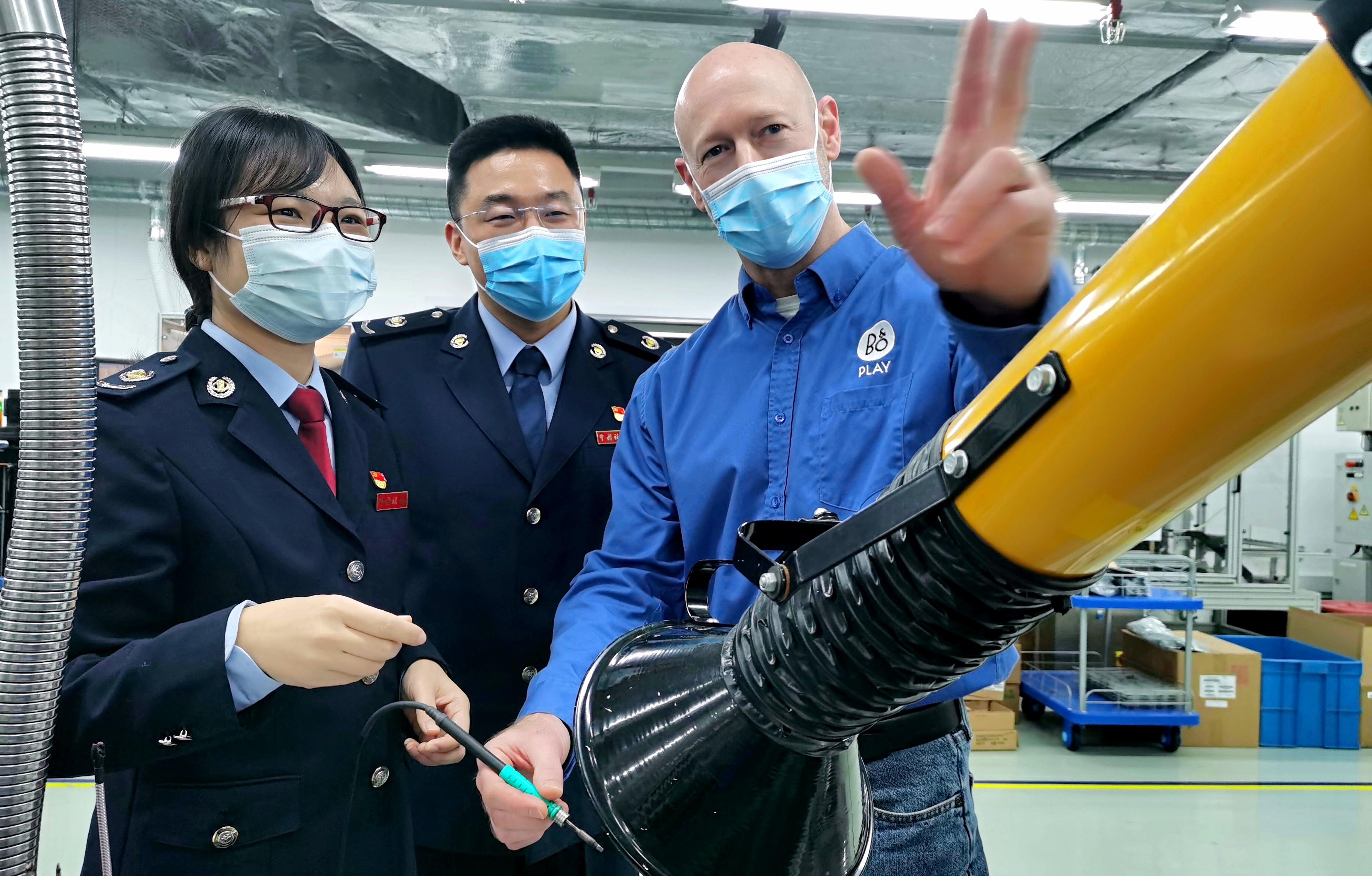 圖為稅務人員在哈曼汽車電子系統(蘇州)有限公司了解生產制造情況。孫軍/攝