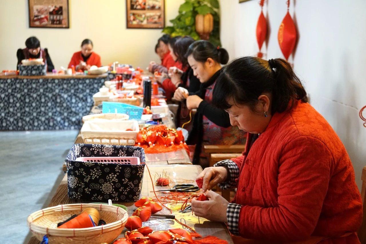 """马庄香包文化大院""""穿针引线""""的村民"""