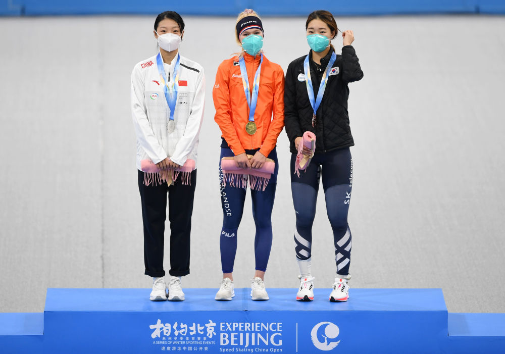 中国选手杨滨瑜(左)在颁奖仪式上。她以4分25秒61的成绩位列女子3000米比赛第二名。新华社记者张晨霖摄