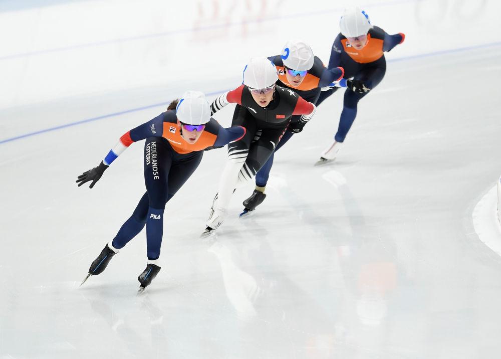 荷兰选手莱昂妮・巴特斯、中国选手杨滨瑜、荷兰选手伊莎贝尔・格雷维特、荷兰选手苏菲・克莱伊维尔德(从左到右)在女子集体出发比赛中。新华社记者张晨霖摄